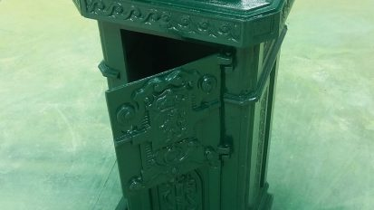 Oude brievenbus gelakt na zandstralen